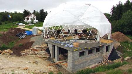 GLASSKUPPEL: Huset skal ha en gigantisk glasskuppel som skal være med på å varme opp huset ved hjelp av sollyset. Ingrid tror ikke det skal bli kaldt i huset når minusgradene kommer krypende.  (Foto: Tord Theodor Olsen/TV 2)