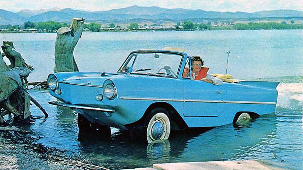 I noen biler er redningsvest like viktig som sikkerhetsbelter - men ikke mange. Med en klassisk Amphicar 770 kan du i det minste glemme flom og regnvær - den tar deg frem uansett. (Faksimile fra 1964-brosjyren)