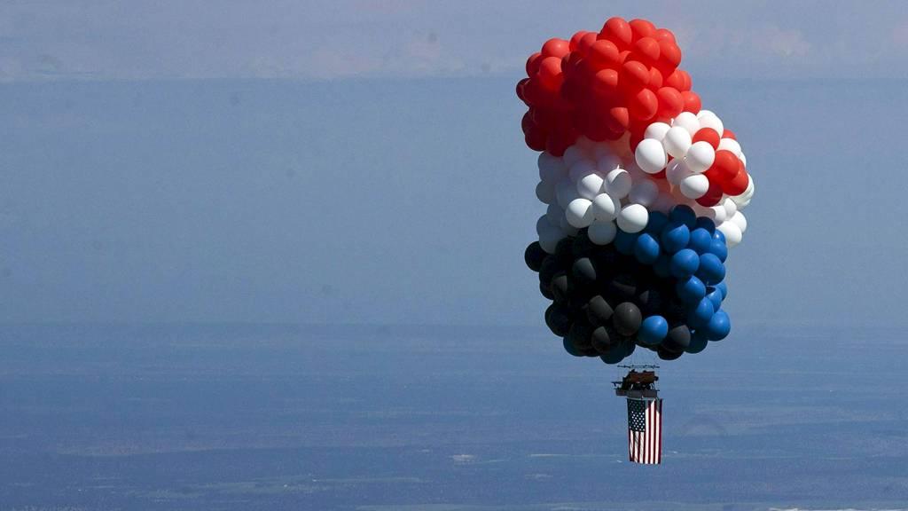 Kent Couch og den irakiske eventyreren Farid Lafta henger her i løften over Oregon. (Foto: Joe Kline/Ap)