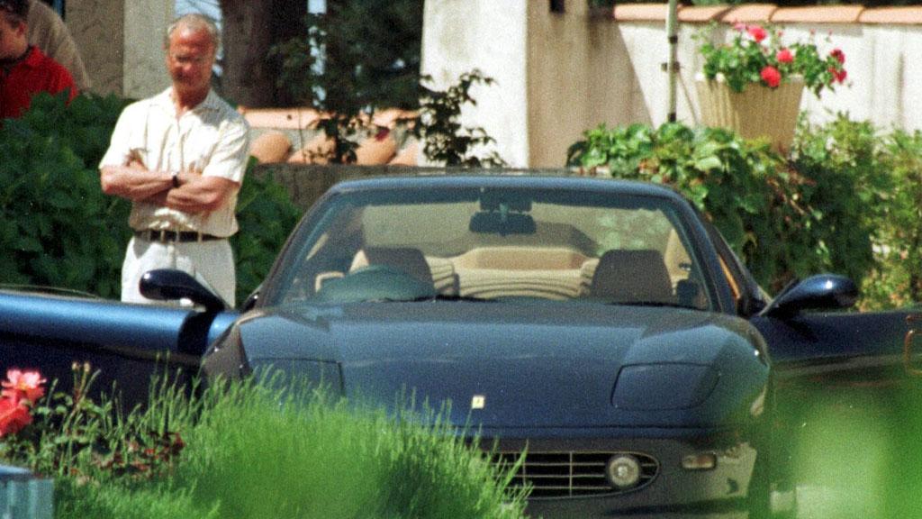 FERR-ADELIG: Kong Carl Gustaf under prøvekjøring av sin den gang nye Ferrari i 2000. (Foto: SCANPIX)