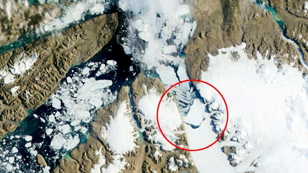 KALVET: Et isfjell på størrelse med Sandefjord kommune driver nå mot havet. (Foto: NASA)