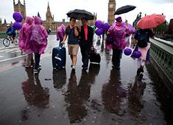 Regnet pøser ned over Westminster Bridge i London 8. juli. (Foto: Afp)
