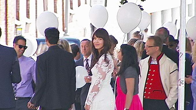SA JA: Maria Mena og brudefølget var utstyrt med hvite ballonger og silkebånd da de spaserte oppover Grünerløkka etter vielsen i Paulus kirke lørdag. (Foto: TV 2)