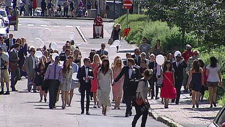 BRUDEFØLGET: Bruden Maria Mena var et flott skue da hun og brudgommen sammen med gjestene fra vielsen gikk oppver Grünerløkka lørdag. (Foto: TV 2)