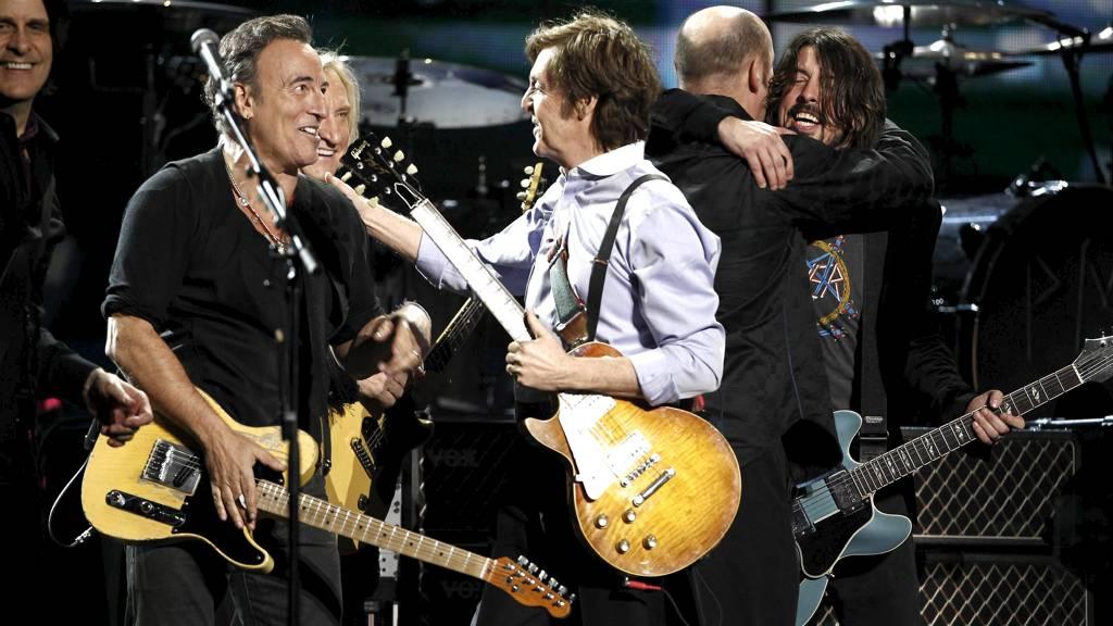 STANSET: Fans reagerte med sinne etter at konserten med Spingsteen og McCartney ble stanset. Bildet er tatt i Los Angeles 12. februar. (Foto: Matt Sayles/Ap)