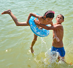 I Bucharest i Romania leker ungene i parken i heten. Søndag passerte temperaturen 40 grader. (Foto: Afp)