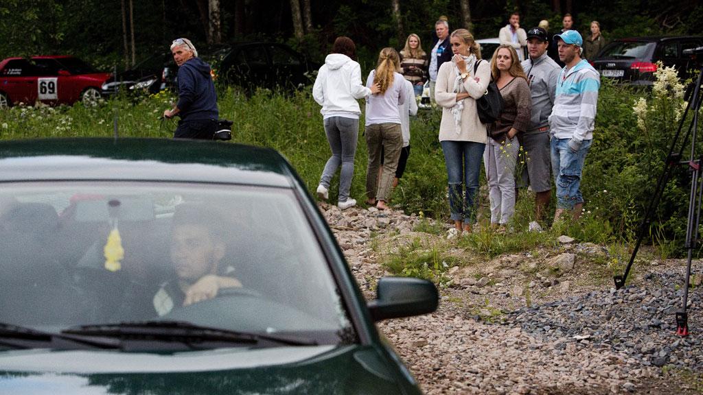 BEKYMRET: Naboer stilte allerede mandag opp og så med bekymring på at stadig flere biler ble kjørt inn i leiren. Tirsdag var ikke bekymringen noe mindre etter at kommunen gjorde helomvending i saken og lar leiren stå.  (Foto: NTB Scanpix)