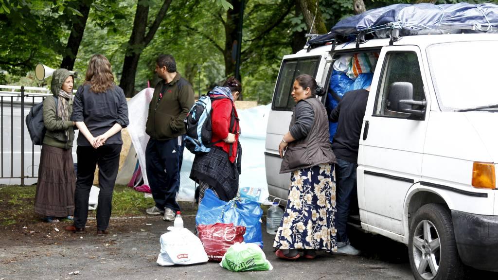 PÅ FLYTTEFOT: Romfolket gjør seg klare for å pakke sammen leiren ved Sofienberg kirke fredag. (Foto: Schrøder, Tor Erik/NTB scanpix)