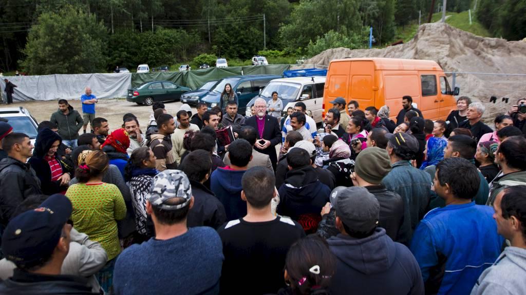 JOBB: Fellesorganisasjonen mener at romfolket må gis jobber. Her er beboere i romleiren på Årvoll i Oslo samlet i forbindelse med at Oslo-biskop Ole Christian Kvarme er på besøk. (Foto: Vegard Grøtt/NTB scanpix)