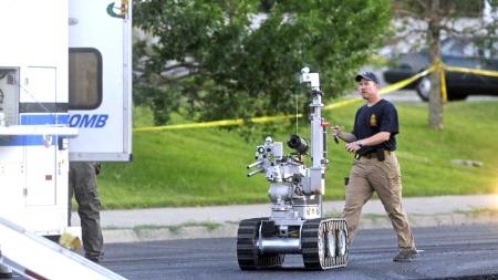 BOMBEROBOT: Politiet brukte ein bomberobot for å sjekka bilen til Holmes for bomber. Der fann dei ingen, men i leiligheita hans har dei oppdaga bombefeller.  (Foto: REUTERS/Evan Semon )