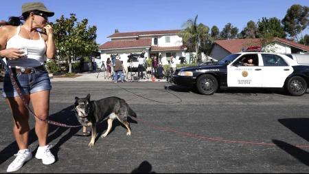 HER BUR MORA: I det kvite huseti bakgrunnen bur mora til massemordaren, James Holmes.  (Foto: AP Photo/Gregory Bull)