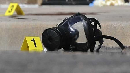 GASSMASKE: Dette er truleg gassmaska James Holmes hadde på seg då han gjekk berserk inne i kinosalen.  (Foto: AP Photo/The Denver Post, Karl Gehring)