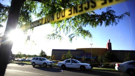 KINO: Det var i dette kinokomplekset James Holmes gjekk berserk, natt til fredag.  (Foto: AP Photo/The Denver Post, AAron Ontiveroz)