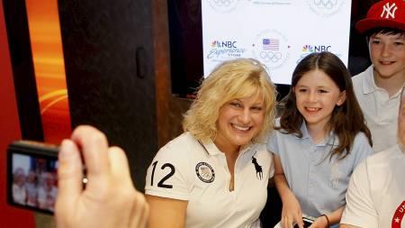 OL-HÅP: Kayla Harrison blir fotografert med to unge fans i New   York i april. (Foto: Mike Stobe/Afp)