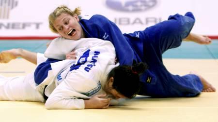 GULLKAMPEN: Det var i denne kampen mot Mayra Aguiar fra Brasil   at Kayla Harrison ble verdensmester. (Foto: Shizuo Kambayashi/Ap)