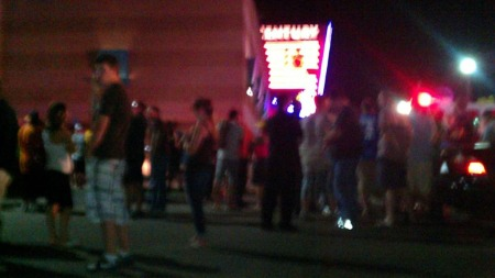 Folk samlet utenfor kinoen Century 16 i Aurora, Colorado.  (Foto: 7NewsMorningKMGH-TV)