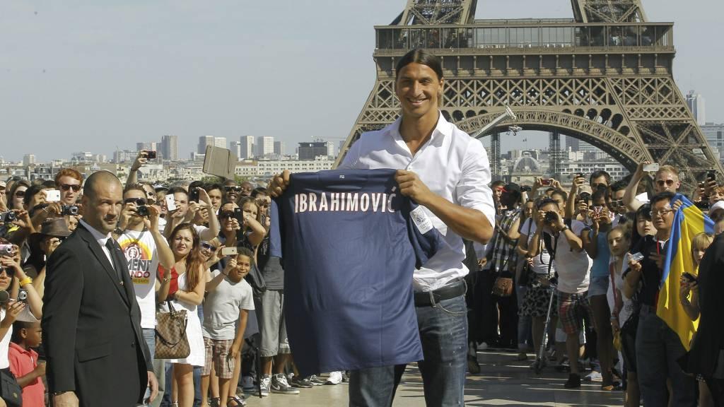 PRESENTERT I PARIS: Zlatan er solgt til PSG og blir den største stjerna i Ligue 1. (Foto: Jacques Brinon/Ap)