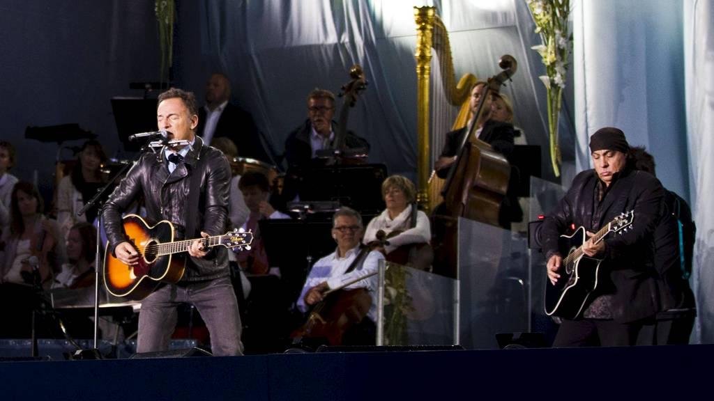 MINNEKONSERT: Bruce Springsteen, med Steven Van Zandt til høyre,  spiller under minnekonserten på Rådhusplassen i Oslo søndag, ett år etter  terrorangrepene i Regjeringskvartalet og på Utøya 22. juli 2011. (Foto:  Grøtt, Vegard/NTB scanpix)