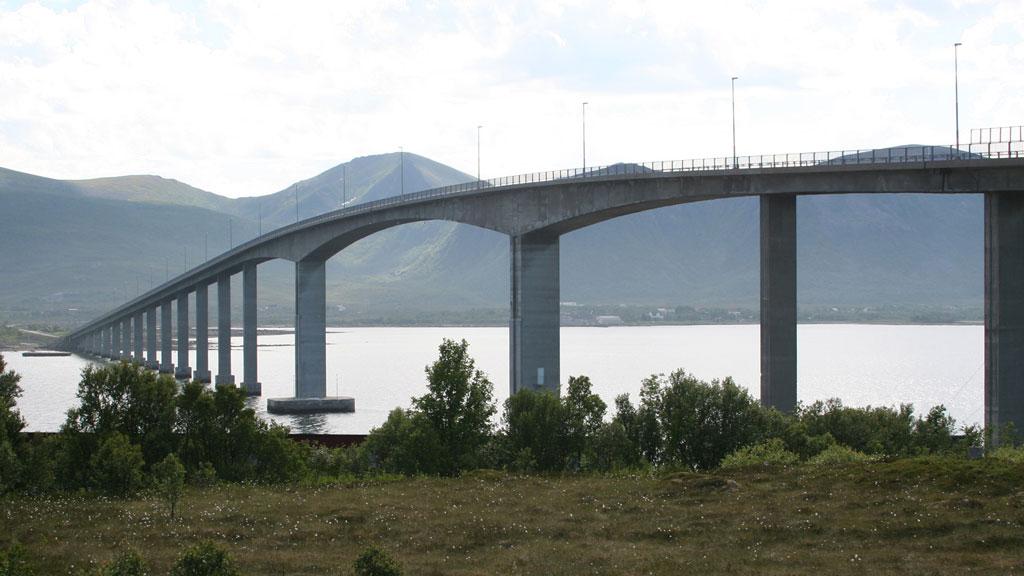 HØYT: Det er rett i underkant av 40 meter fra Andøybroen og ned til vannflaten. Broen knytter Hinnøya og Andøya sammen.  (Foto: Wikimedia Commons )
