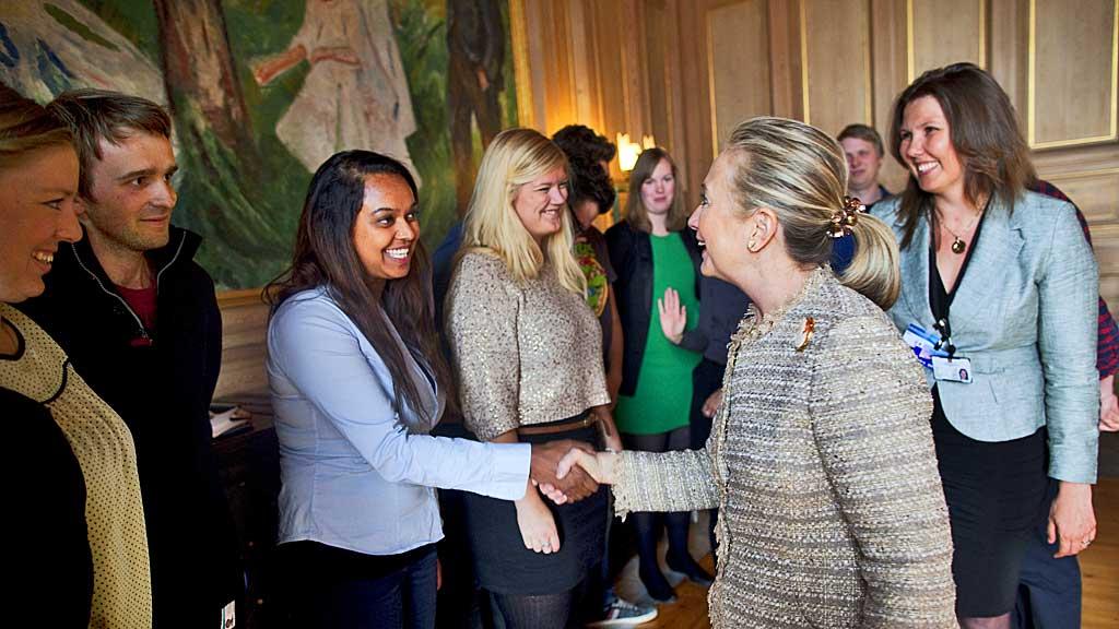 MØTTE AUF-UNGDOMMENE: USAs utenriksminister Hillary Clinton møtte AUFs sentralstyre under sitt norgesbesøk i juni. Her håndhilser hun på Khamshajiny Gunaratnam under møtet i Oslo rådhus.