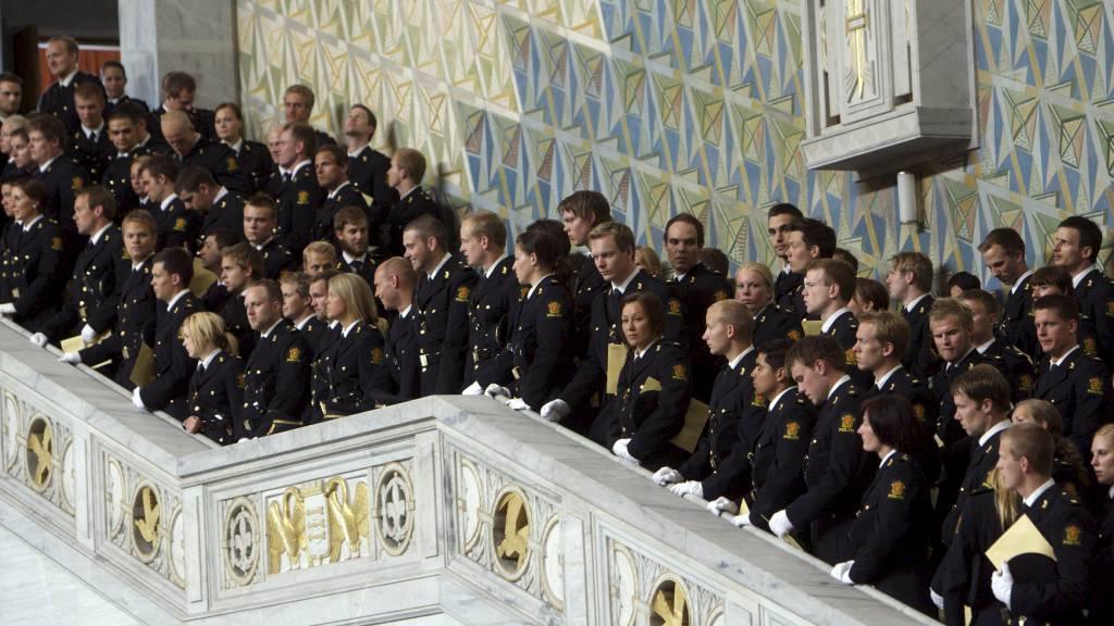 UTDANNES: Hundrevis av nye studenter uteksamineres hvert år fra Politihøgskolen. Har får studentene sitt vitnemål i Oslo rådhus. (Foto: Morten Holm/NTB scanpix)