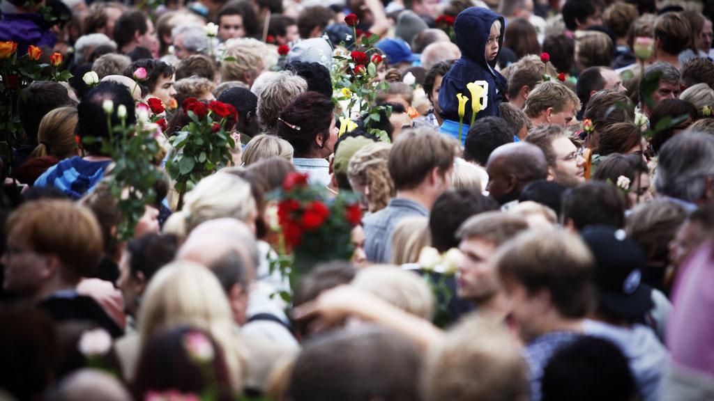 Over 50.000 mennesker møtte opp til minnekonserten på Rådhusplassen søndag kveld. (Foto: Trond Reidar Teigen / NTB Scanpix)
