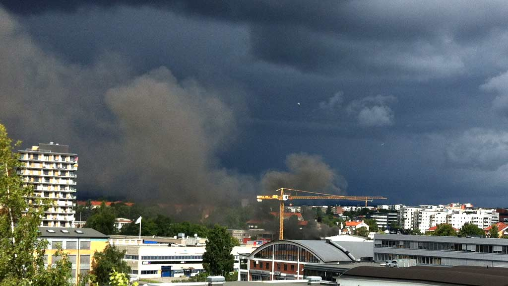 BRANN: Det brenner kraftig på Shell-stasjonen på Hasle i Oslo fredag. (Foto: Vidar Hveem-Seland (tips@tv2.no))