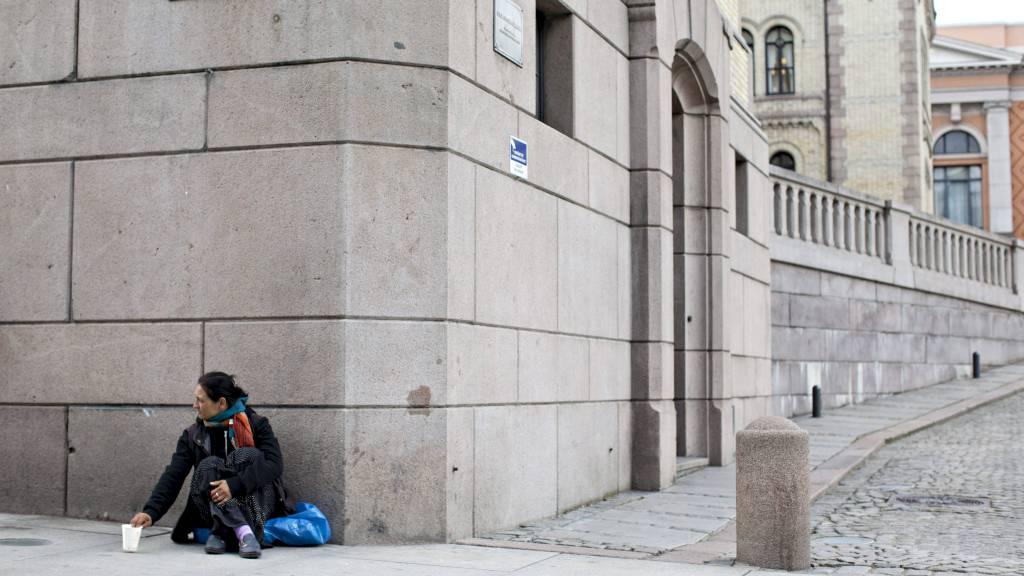 VALGKAMP: En tigger sitter utenfor Storrtinget tidligere denne uken. Nå tror Høyre tigging kommer til å bli et tema i valgkampen før stortingsvalget neste høst. (Foto: Anette Karlsen/NTB Scanpix)