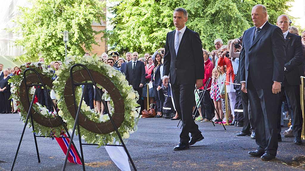 Kong Harald og statsminister Jens Stoltenberg under kransenedleggelse  i regjeringskvartalet i forbindelse med minnemarkeringen 22.juli.