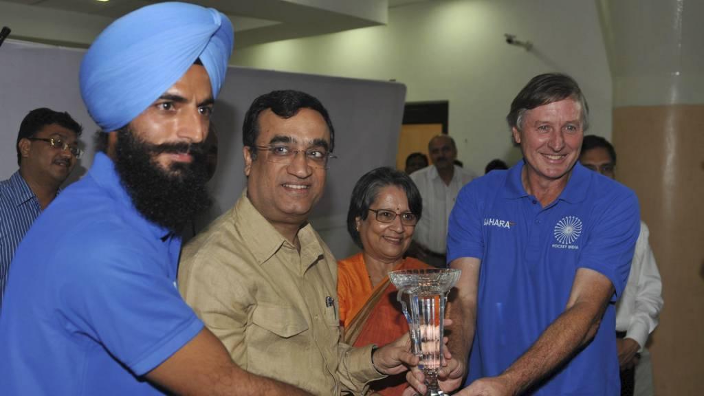 Idrettsminister Ajay Maken (beige skjorte) lover trenerjobber til indiske utøvere som returnerer med medalje.  (Foto: SAJJAD HUSSAIN/Afp)