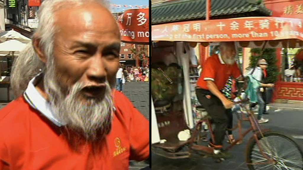 LANG VEI HJEMMEFRA: Chen Guanming har reist 60.000 kilometer på denne rickshawen. Etter OL i Londong vil han til OL i Rio de Janeiro i 2016.  (Foto: EBU)