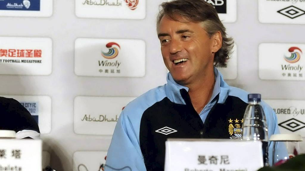 MØTTE PRESSEN: Roberto Mancini møtte pressen i Kina torsdag kveld. Han hevder at det er ikke han som er ansvarlig for spillerkjøpene i City. (Foto: AFP/Afp)