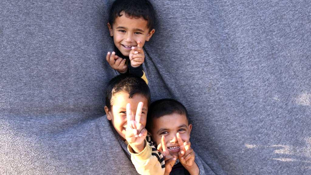 LEKER: Syriske flyktningebarn leker på grensen mellom Syria og Jordan. (Foto: REUTERS/Majed Jaber)