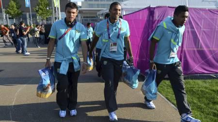 FAVORITTER: Thiago Silva og lagkameratene er på plass i London for OL-turneringen i fotball. (Foto: KHALED DESOUKI/Afp)