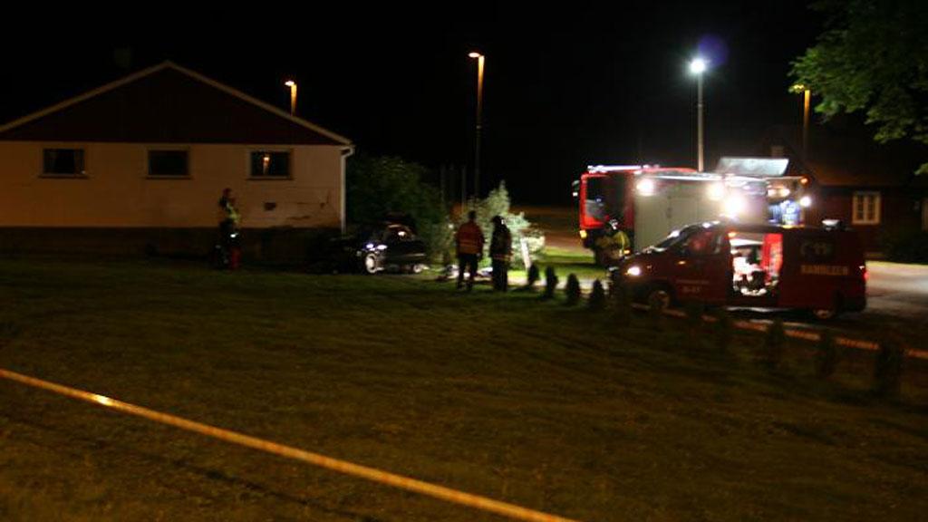 KJØRTE I LÅVE: Ulykkesbilen kjørte av veien og inn i en låve i Bamble natt til lørdag.   (Foto: Torstein Nylund / Tipsbilde )