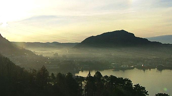 FORURENSNINGSLOKK: Bergen er blant byene som har hatt store utfordringer med forurenset luft. Nå vil altså regjeringen utsette EU-kravene fordi vi ikke klarer å begrense forurensningen.  (Foto: TV 2 )