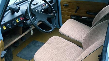 Både dashboard, ratt og dørtrekk synes vi minner ganske mye om de siste VW Boblene. Trabants oppgave var da også den samme som Boblas i sin tid - nemlig å få alle lag av befolkningen på hjul i hjemlandet. (Foto: Privat)