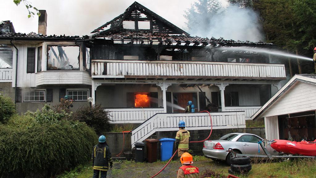 TOTALSKADD: Huset på Time i Rogaland er helt utbrent.  (Foto: Ronny Hjertås / tipser)