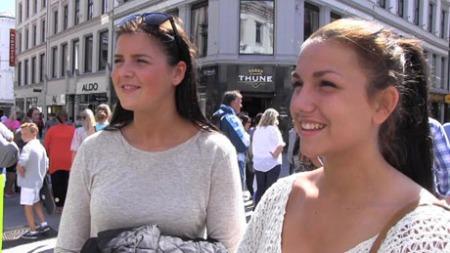 KUTTER IKKE MAT: Vilde Lindgren (17) og Kaja Kristensen (17)   ville ikke droppet måltider til fordel for alkohol, men de kjenner noen   som gjør det... (Foto: Anna Sofie Nesse)