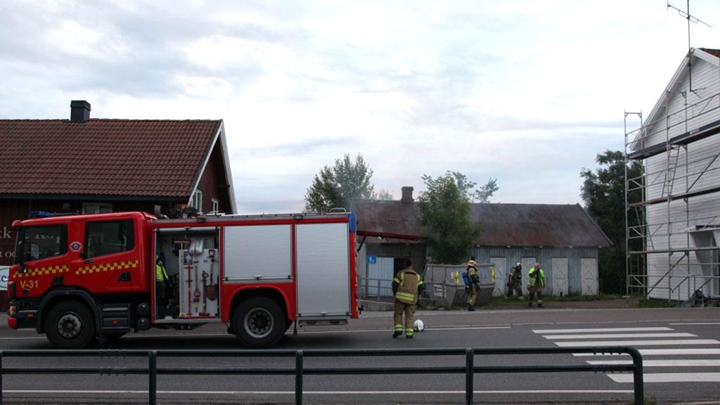 RYKKET TIL BRANN: 100 meter fra brannen fant politiet en død person.  (Foto: Stener Kalberg)