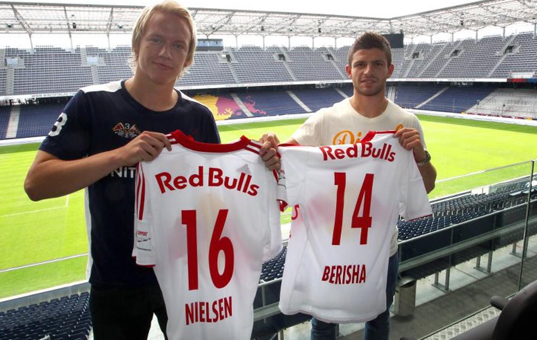 Håvard Nielsen og Valon Berisha med sine nye drakter i Red Bull Salzburg. (Foto: RED BULL SALZBURG)
