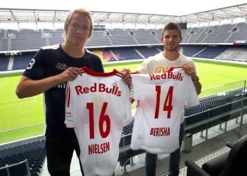 Her poserer Håvard Nielsen (til venstre) og Valon Berisha (til høyre) med sine nye drakter for Red Bull Salzburg.