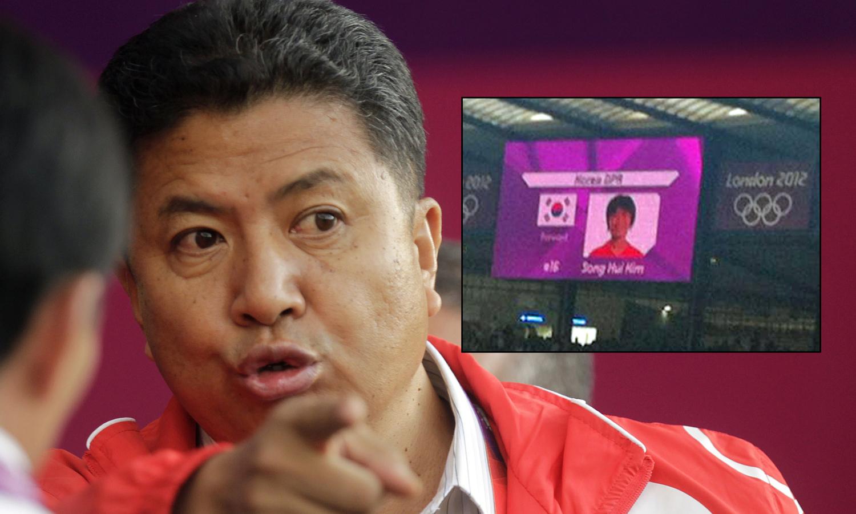 Nord-Koreas Son Kwang-ho gestikulerer i sinne etter at arrangøren presenterte de nordkoreanske spillerne med det sørkoreanske flagget ved siden av. Kampen mot Colombia ble 50 minutter forsinket. (Foto: MONTASJE)