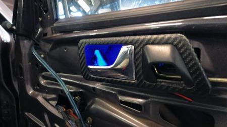 Bilen har også i interiøret fått bygget inn en del utstyr som ikke var påtenkt da 190-modellen var ny. Bakgrunnsbelysning i døråpnerne og alarm-dioder innfelt i toppen av låsepinnene er to eksempler. (Foto: Privat)