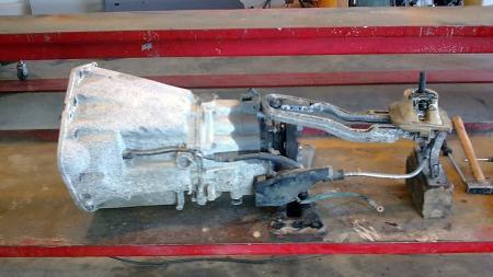 Prøvemontering av den nye girkassen avslørte at giroverføringene først måtte kappes 7,5 cm og sveises sammen på nytt for å passe i 190-karosseriet. (Foto: Privat)