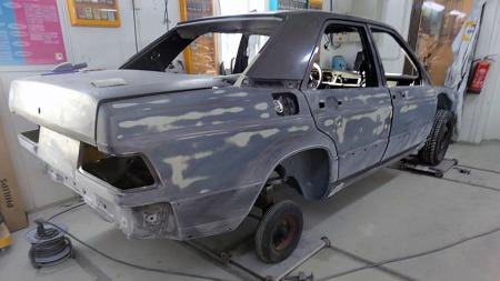 Bilen er pusset ned med kloss for å unngå ujevnheter i karosserisidene, og lakkert i deler i original Bornitt metallic. (Foto: Privat)
