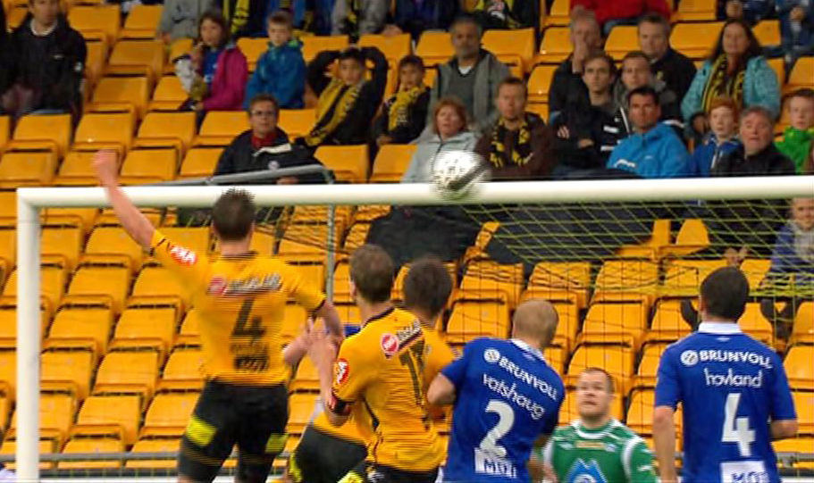 Espen Nystuen header inn scoring mot Molde. (Foto: TV 2)