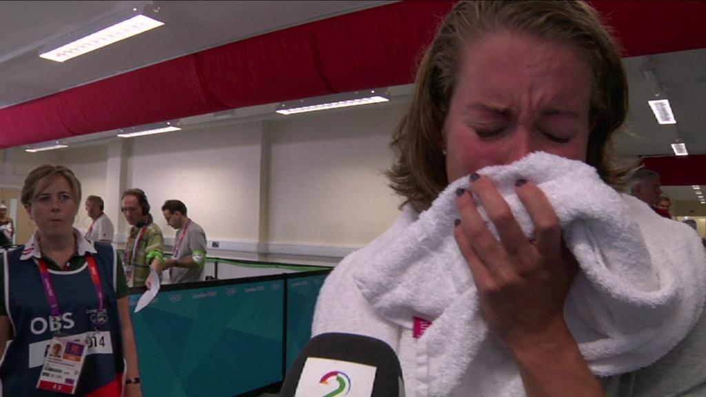 Ingvild Snildal brøt sammen i gråt etter at hun røk ut i forsøksheatet i 100 meter butterfly i OL. (Foto: TV 2)
