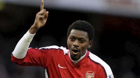 GLADNYHET: Abou Diaby kan snart tå på seg fotballskoene. Spilleren har vært lenge ute med skade.  (Foto: ADRIAN DENNIS/AFP)
