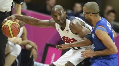 Kobe Bryant skjermer ballen fra Tony Parker. USA gjorde stort sett som de ville mot Frankrike. (Foto: TIMOTHY A. CLARY/Afp)